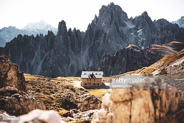 洗うアルプスの山の風景の3つの頂上 - ベッルーノ ストックフォトと画像