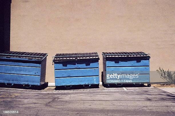 three trash bins. - パサデナ市 ストックフォトと画像