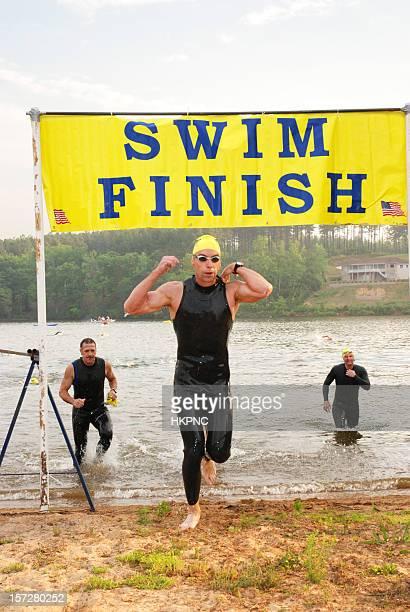 Drei Triathleten Schwimmen Finish