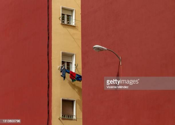 three windows and a lamppost - vicente méndez fotografías e imágenes de stock