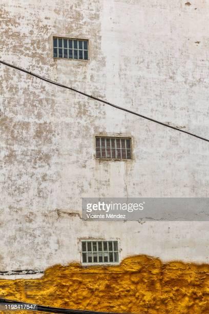three windows on the wall with insulation - vicente méndez fotografías e imágenes de stock