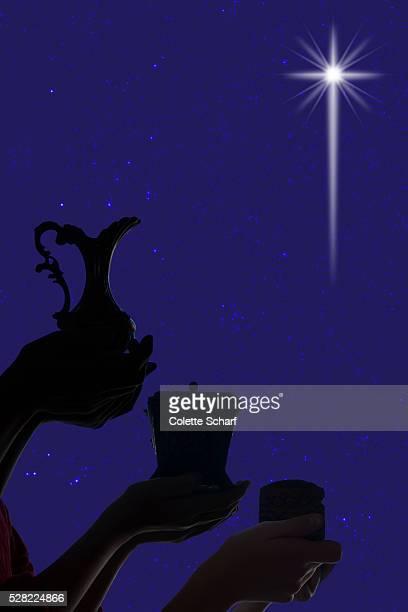 three wise men following star with gifts - reyes magos regalos fotografías e imágenes de stock
