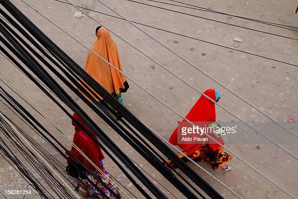 three women crossing the road - ソマリア ストックフォトと画像