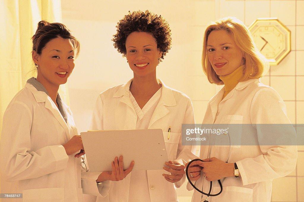 Three women doctors posing : Foto de stock