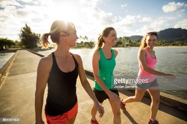 three women exercising - wandelen lichaamsbeweging stockfoto's en -beelden