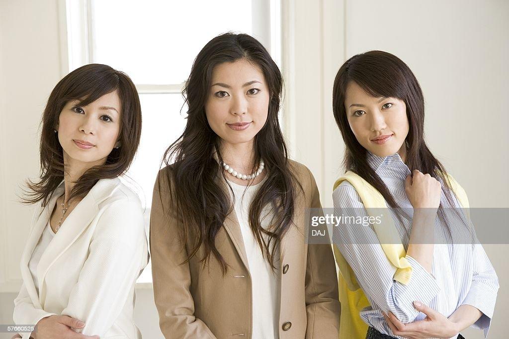 Three women lining up : ストックフォト