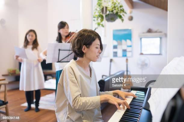 3 人の女性を演奏し、歌う自宅