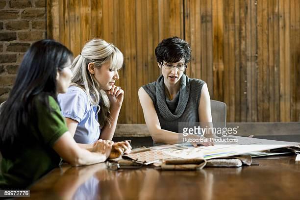 Três mulheres seleccionar o chão