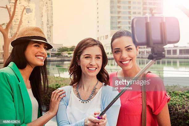 Trois femmes prendre selfie dans Dubai Jumeirah Lake Tower.
