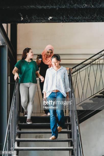 3 人の女性が一緒に休憩コーヒー