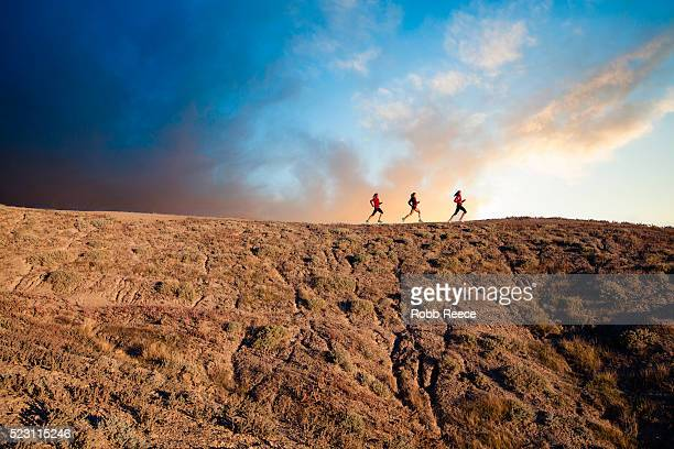 three women trail running in desert at sunrise, grand junction, mesa county, colorado, usa - robb reece 個照片及圖片檔
