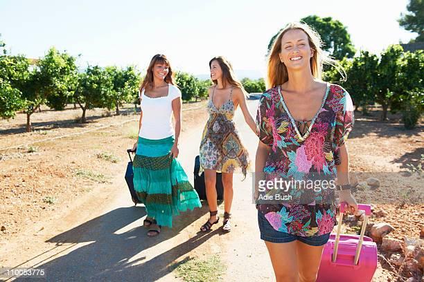 tres mujeres con las maletas en la ruta - alicante fotografías e imágenes de stock