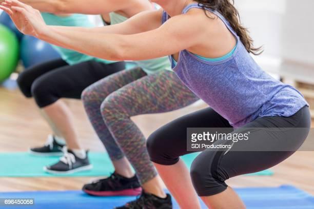 Trois femmes travaillent sur leur surabondance pendant les cours de gym