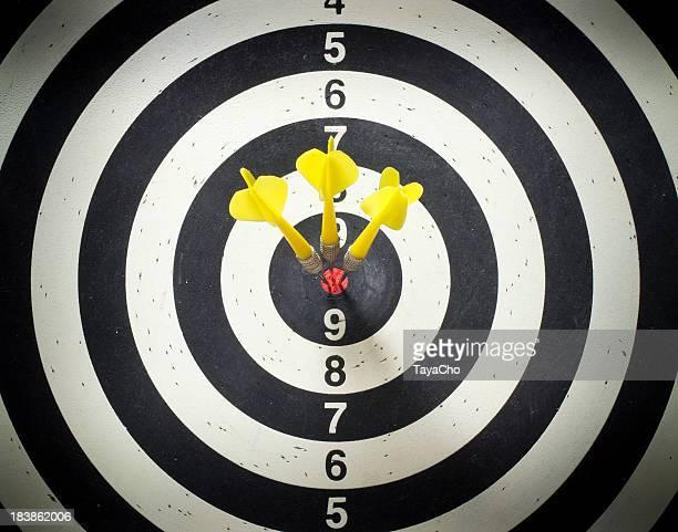 Três Dardos Alvo de Dardo bulls amarelo no Olho