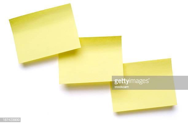 Tres Notas Post-it amarillas en blanco