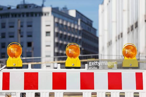 Drei gelbe Verkehr Warnleuchten auf den barricade