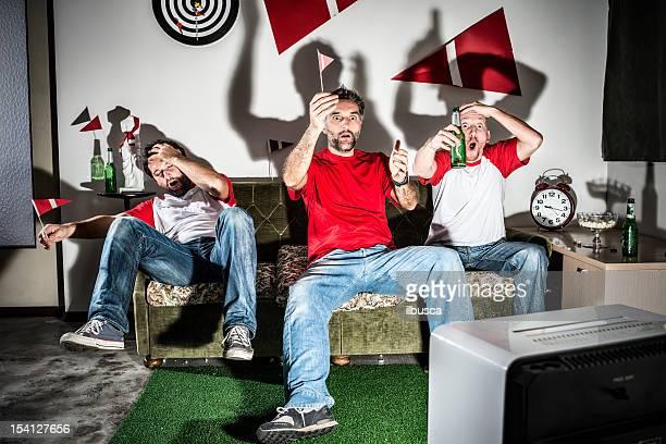 Tre giovani uomini adulti amici guardando la partita di calcio: Perso obiettivo Delusione