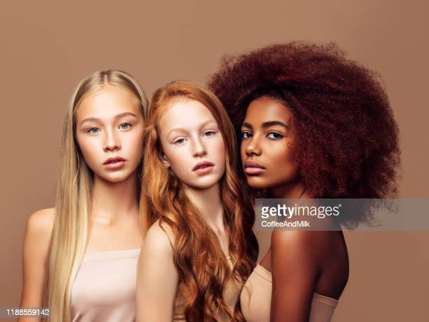 3人の若い美しい十代の女の子 - teenage girls ストックフォトと画像