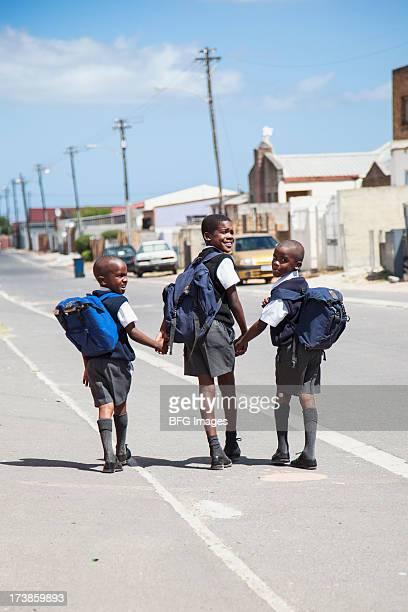 Trois jeunes garçons pour l'école, Le Cap, Afrique du Sud