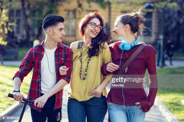Drei junge Leute, die Spaß Zeit zusammen
