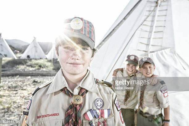 three young, weblo boy scouts standing near a teepee at a camp in colorado. - robb reece stock-fotos und bilder