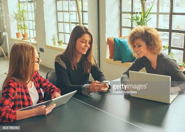 Tres mujeres jóvenes en la oficina