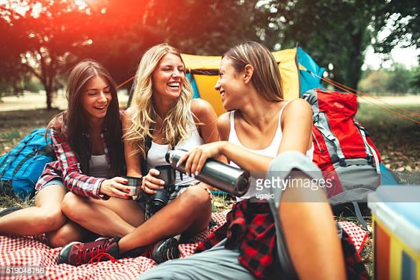 Drei junge Frauen zusammen Camping