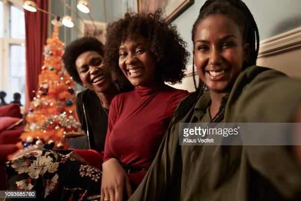 three young women making selfie in sofa at home - irmã - fotografias e filmes do acervo