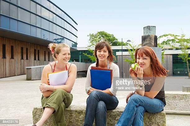 three young women on campus - 中庭 ストックフォトと画像
