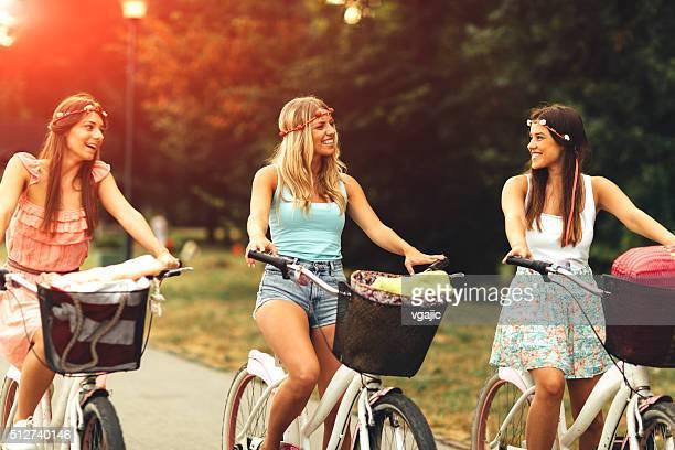 Drei junge Frauen auf dem Fahrrad.