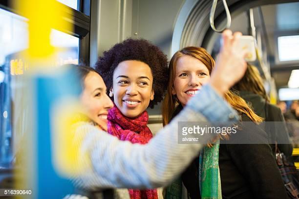 Drei junge Frauen auf dem nimmt ein Selbstporträt