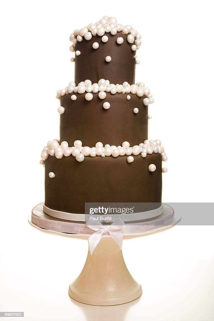 Three-Teired Chocolate Wedding Cake With Pearls : Stock-Foto
