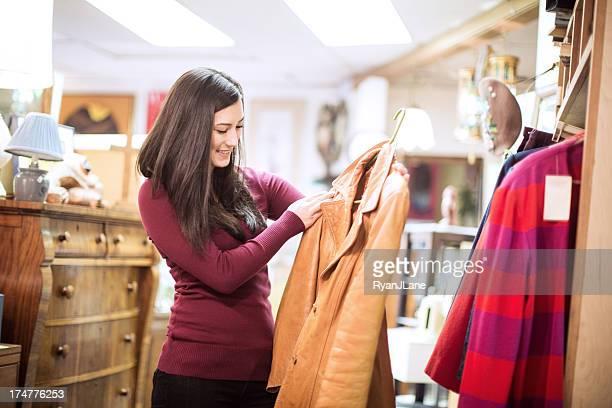 Gebrauchtwarenladen Shopping-junge Frau
