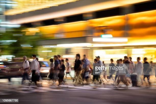 multidões de rua de travessia de pedestres em kyoto, japão - trilha passagem de pedestres - fotografias e filmes do acervo