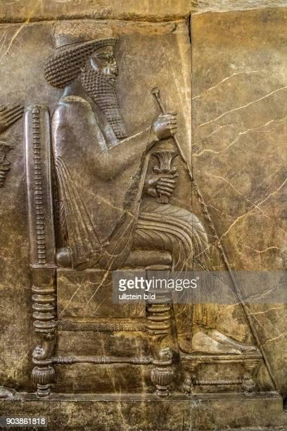 Thronrelief von Darius I d Gr Persepolis Achaemeniden Nationalmuseum Teheran Hauptstadt des Iran IRN Islamische Republik Iran Gottesstaat Persien...