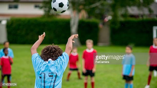 Lancer ballon de football sur le terrain