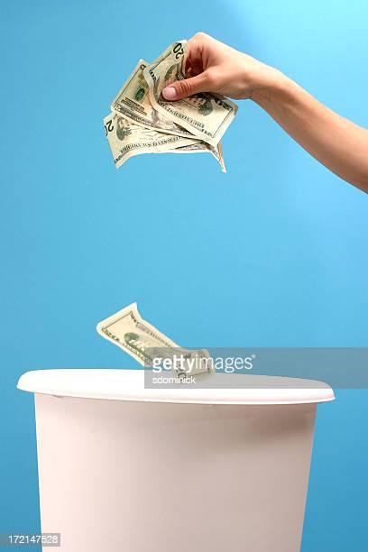 Werfen Geld entfernt