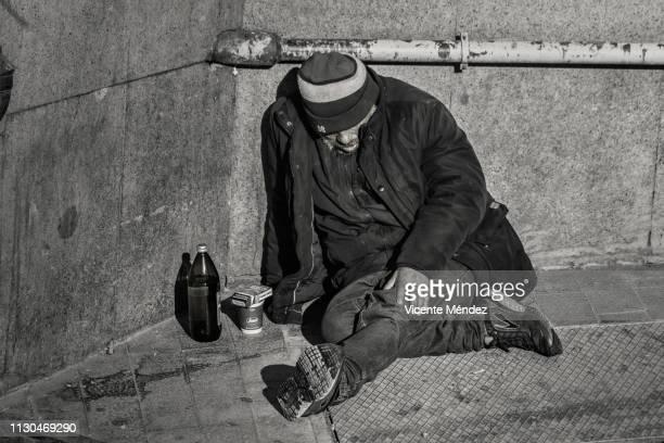 thrown on a corner of the street - vicente méndez fotografías e imágenes de stock