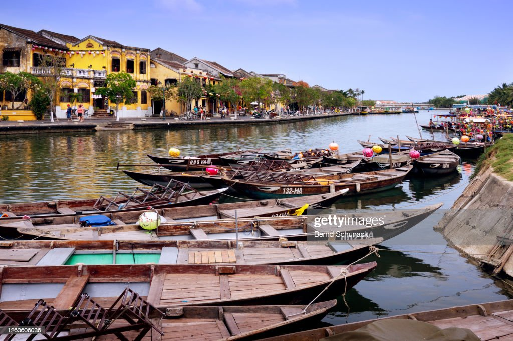 Thu Bon River with boats and the old town of Hoi An : Stock-Foto