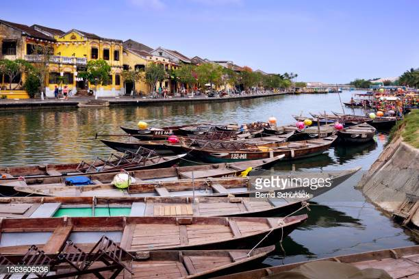 thu bon river with boats and the old town of hoi an - bernd schunack fotografías e imágenes de stock