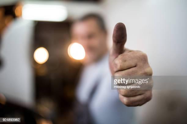 duim omhoog voor goede monteur - duim omhoog stockfoto's en -beelden