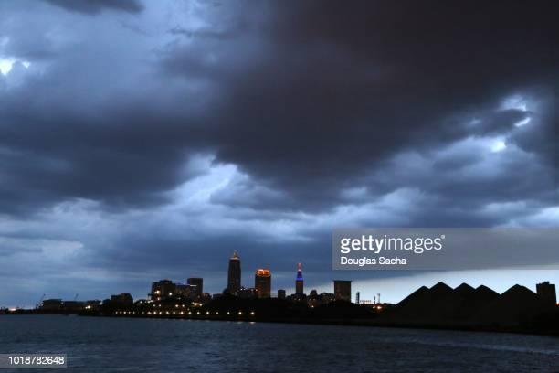 thunder storms over the downtown city skyline - cleveland ohio fotografías e imágenes de stock