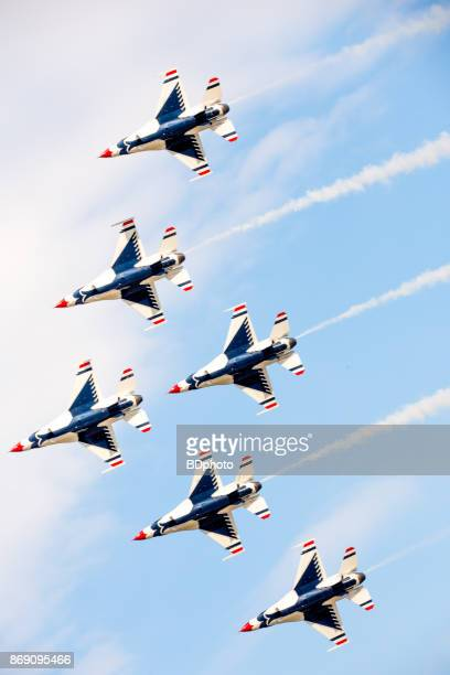 usaf thunderbirds in flight - air force thunderbirds stock pictures, royalty-free photos & images