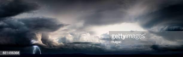 大砂漠 (日) に雷雨 - ワイドショット ストックフォトと画像