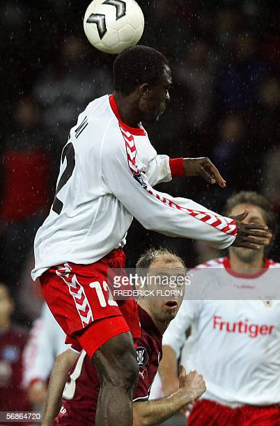 Thun's Armand Deumi and Hamburg's Sergej Barbarez vie in a first leg UEFA football match16 February 2006at Wankdorf stadium in Berne AFP PHOTO...