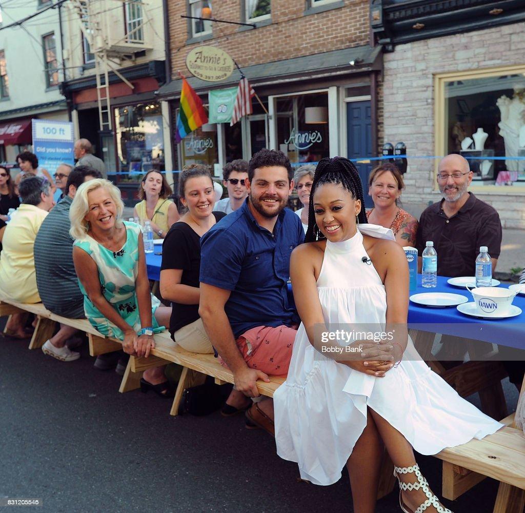 Tia Mowry Hosts Dine With Dawn : News Photo