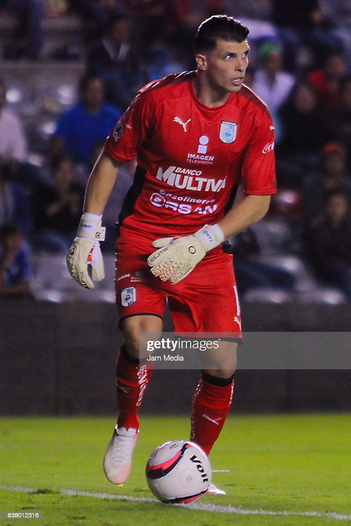 Tiago Volpi goalkeeper of Queretaro drives the ball during the sixth round match between Queretaro and Tijuana as part of the Torneo Apertura 2017 Liga MX at La Corregidora Stadium on August 22, 2017 in Queretaro, Mexico.