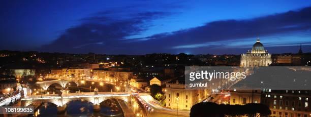 Fiume Tevere e Città del Vaticano a notte