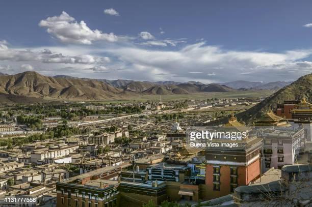 tibet. buddhist monastery over a tibetan town. - lhasa stockfoto's en -beelden