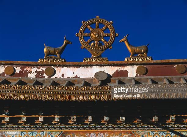 tibetal buddhist motif on rooftop of entrance to songzanlin monastery. - ganden sumtseling klooster stockfoto's en -beelden